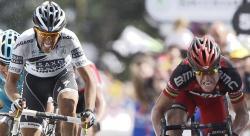 Alberto Contador disputa un sprint con Cadel Evans en el Muro de Bretaña.   EFE