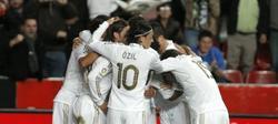 Los jugadores del Real Madrid celebran el primer tanto del encuentro. | EFE