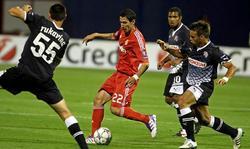 Ángel Di María controla el balón ante varios jugadores del Dinamo de Zagreb. | EFE