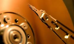 El cabezal magnético de un disco duro tradicional. | Wikipedia/Alexdi