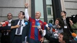 Josep Antoni Duran Lleida, con la camiseta del Barça frente al Congreso.   Archivo