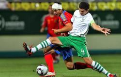 Álvaro Morata, con un aparatoso vendaje en la cabeza, disputa un balón con John Egan. | EFE
