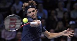 Federer golpea la pelota ante Nadal. | EFE