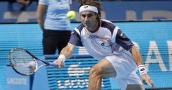 Ferrer devuelve la pelota ante Djokovic.   EFE