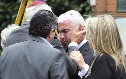 Mitch Winehouse (padre de Amy) es consolado por otros asistentes al funeral. | EFE