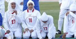 Futbolistas iraníes lucen el 'hiyab' en un partido.   Reuters