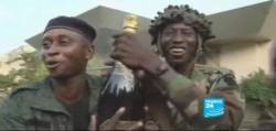 Las botellas de champagne incautadas por los soldados.