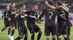 Los jugadores del Madrid celebran el gol de Higuaín.   EFE