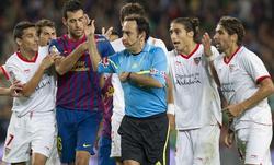 Iturralde, protestado por el penalti. | EFE