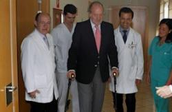 Juan Carlos, en el momento de recibir el alta   EFE