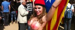 María Lapiedra, frente al Parlamento catalán. | Foto e-noticies