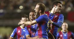 Los jugadores del Levante celebran uno de los tantos ante el Villarreal. | EFE