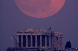 El Perigeo de la Luna, sobre el Partenón de Atenas | weheartit.com