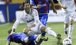 Sergio Ramos, trabado por Nano. | EFE