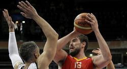Mac Gasol lanza a canasta ante Schultze. | EFE