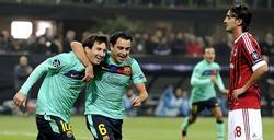 Xavi celebra junto a Messi su primer gol al Milan.   EFE