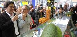 El chef peruano Gastón Acurio junto a Ferrán Adriá en la Feria Mistura de Lima. | EFE