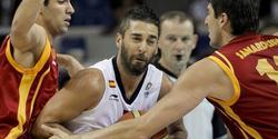 Navarro lucha un balón ante Macedonia.   EFE
