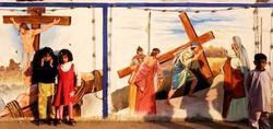 Niños frente a un mural cristiano en Pakistán | AP
