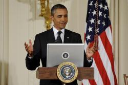 Obama leyendo las preguntas. | EFE