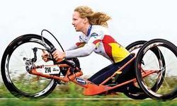 Monique van der Vorst, con el maillot de campeona del mundo, sobre un monociclo.