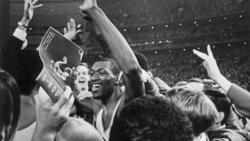Elvin Hayes celebra la victoria ante un público entregado.