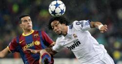 Pedro disputa un balón con Marcelo.   EFE