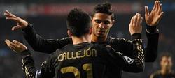 Pedro Mendes, felicitando a Callejón.   EFE