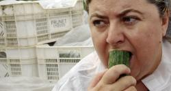 La consejera de Agricultura andaluza, Clara Aguilera, disfrutando de un pepino. | Reuters/Cordon Press
