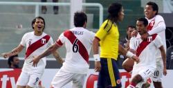 Los jugadores de la selección peruana celebran el gol de Carlos Lobatón. | EFE