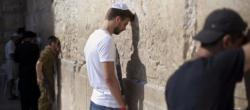 Gerard Piqué reza en el Muro de las Lamentaciones.