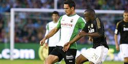 Lass Diarra (d) pelea por un balón con Tziolis. | EFE