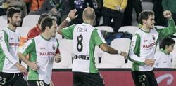 Los jugadores del Racing celebran el gol ante el Villarreal. | EFE