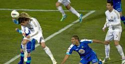 Ramos, en el momento de impactar el remate que valió el triunfo. | EFE