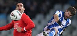Iñigo Martinez (d) lucha por un balón con Álvaro Negredo. | EFE