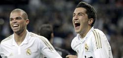 Sahin (d) celebra su gol junto a Pepe.   EFE