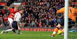 Scholes anota su gol ante el Bolton.   EFE