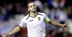 Soldado celebra uno de sus goles con la camiseta del Valencia.   Archivo