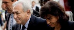 Strauss-Kahn junto a su mujer a la entrada del juzgado.   EFE