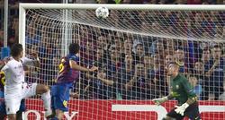 Thiago Silva (i) empata para el Milan con un cabezazo en el descuento.   EFE