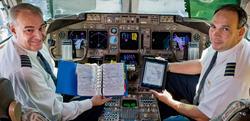 Dos pilotos sujetan los antiguos cuadernos y un iPad   United Continental Holding