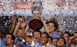 Los jugadores uruguayos levantan el trofeo de la Copa América. | EFE