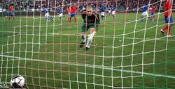 Víctor Valdés en el momento de encajar el tanto de la victoria de Italia.   EFE
