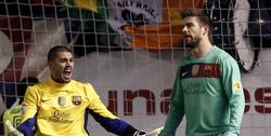 Víctor Valdés (i) y Gerard Piqué se lamentan tras encajar el un gol. | EFE