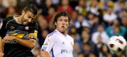 Luis García pelea por un balón con Maurizio Lanzaro. | EFE