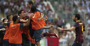 Adriano celebra el tanto con el banquillo. | EFE