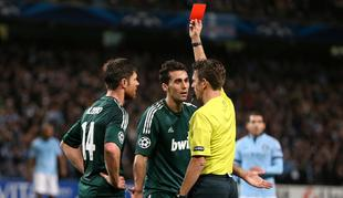 El árbitro Gianluca Rocchi expulsa a Álvaro Arbeloa. | Cordon Press