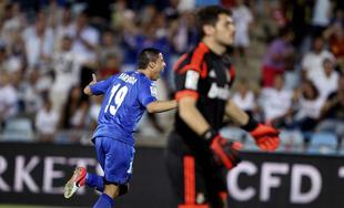 Abdel Barrada (i) celebra ante Iker Casillas su gol al Real Madrid. | EFE