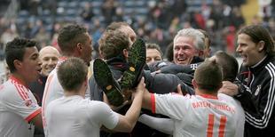 Los jugadores del Bayern mantean a su entrenador, Juup Heynckes. | EFE