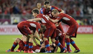 Jiracek es felicitado por su gol a Polonia.   EFE